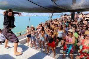 barco-pirata-pessoas-dançando