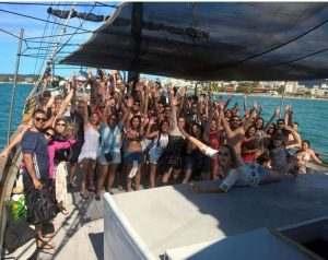 grupo-de-pessoas-barco-pirata
