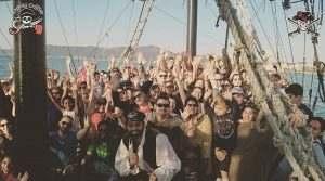 pessoas-barco-pirata