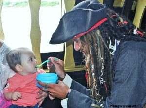 pirata-alimentando-bebe
